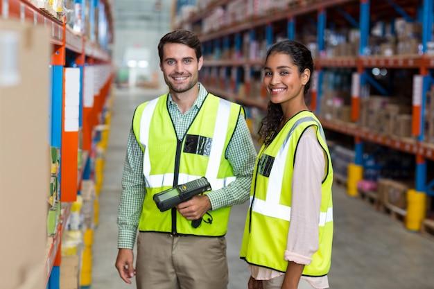 Портрет улыбающегося работника склада сканирования коробки