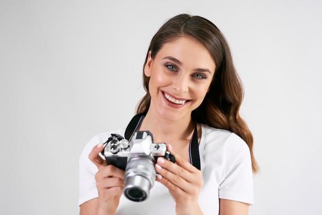 カメラを持って笑顔の女性の肖像画