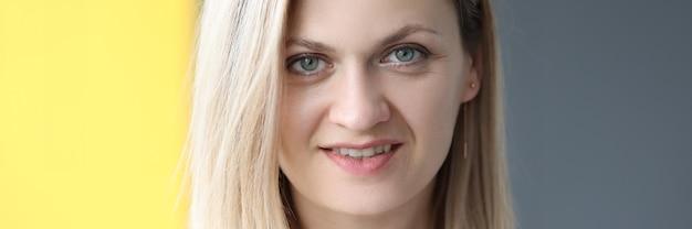 Портрет улыбающейся женщины на сером фоне профессии бизнес-консультанта