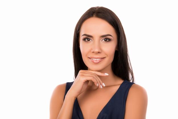Портрет улыбающейся женщины, касающейся ее подбородка