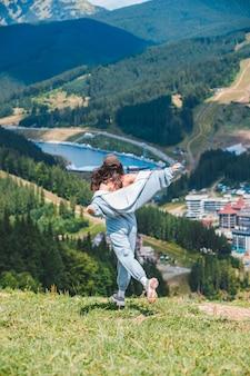 산 정상 부코벨 우크라이나에서 웃는 여성 관광객의 초상화