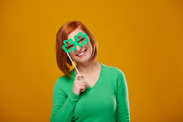Портрет улыбающейся женщины в игривых очках