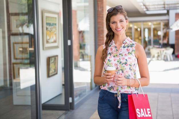 선글라스, 갈 커피와 쇼핑백 웃는 여자의 초상화