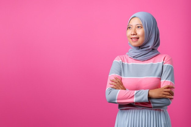 手を組んで立って横向きの笑顔の若いアジアの女性の肖像