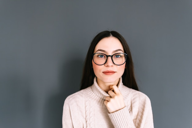 안경에 웃는 젊은 백인 여자의 초상화