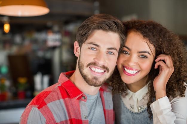 若いカップルの笑顔のポートレート