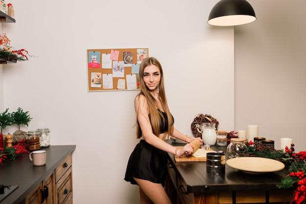 モダンなキッチンで笑顔の若い主婦の肖像画
