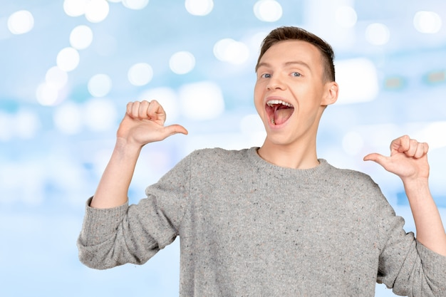 自分自身を指している笑顔の若い男の肖像