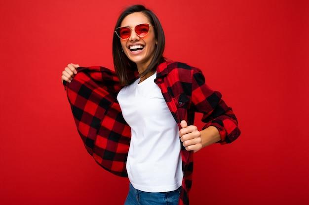 カジュアルなtシャツで笑顔の若い女性の肖像画