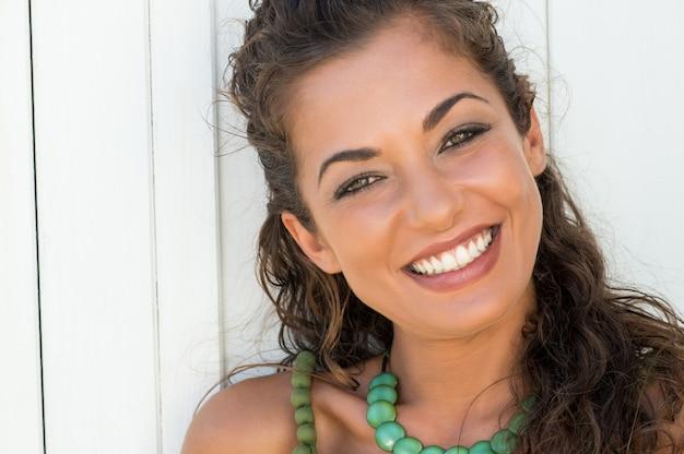 休暇で笑顔の若い女性の肖像画