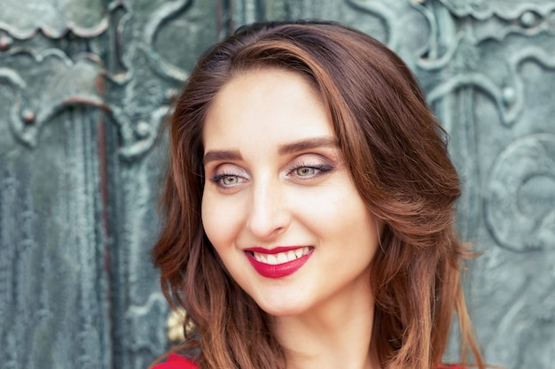 屋外で笑顔の若い女性の肖像画をクローズアップ。