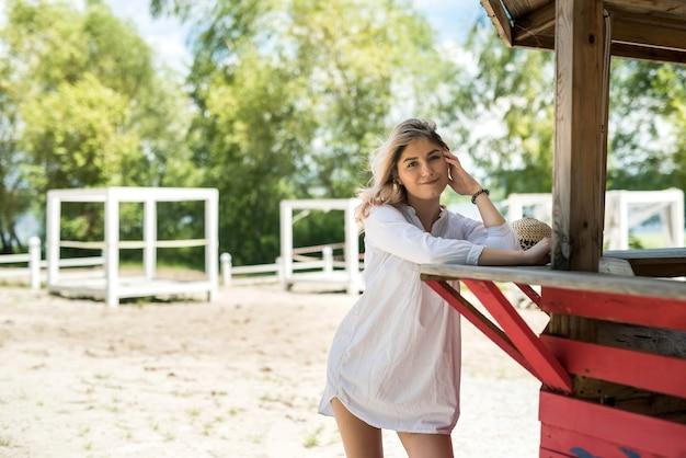 休暇を楽しんでいる笑顔の若い女性の肖像画