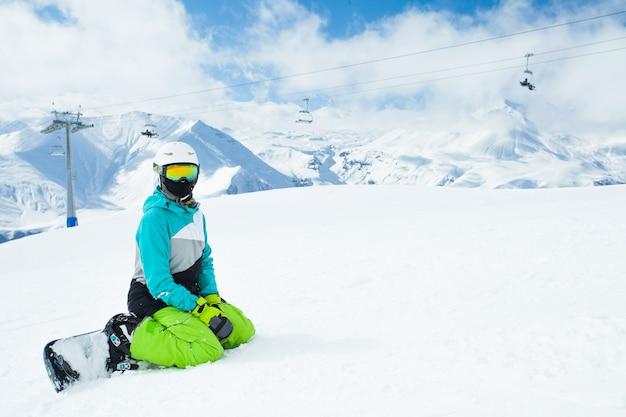 雪に覆われた高山の風景にスノーボーダーの肖像画
