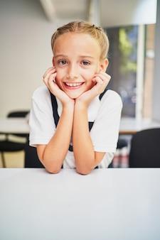 教室で青い目をしたスペインのブルネットの少年の肖像画