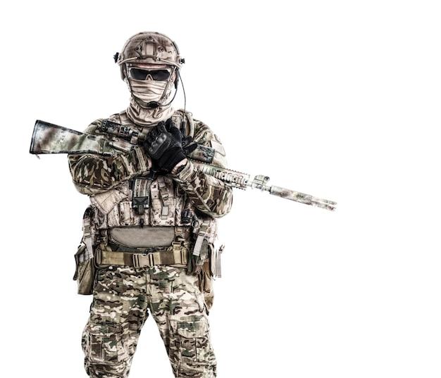 武器とフィールドの制服を着た特殊部隊の兵士の肖像画、白で隔離の肖像画