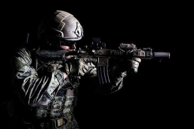 武器とフィールドの制服を着た特殊部隊の兵士の肖像画、黒の肖像画
