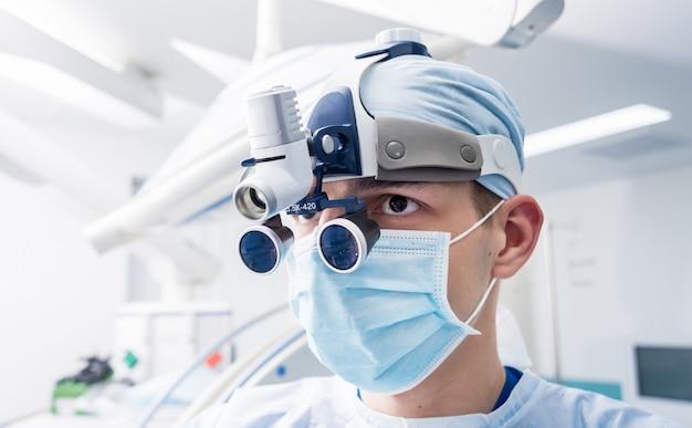 수술 장비와 수술 실에서 척추 외과 의사의 초상화.
