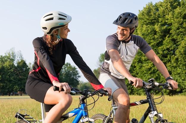 Портрет спортивной пары на лугу, глядя друг на друга