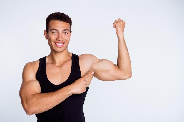 강력한 근육 역도를 보여주는 낚시를 좋아하는 정력적인 근육질 남자의 초상화