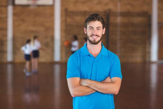 농구 코트에서 스포츠 교사의 초상 프리미엄 사진