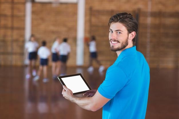 디지털 태블릿을 사용 하여 스포츠 교사의 초상