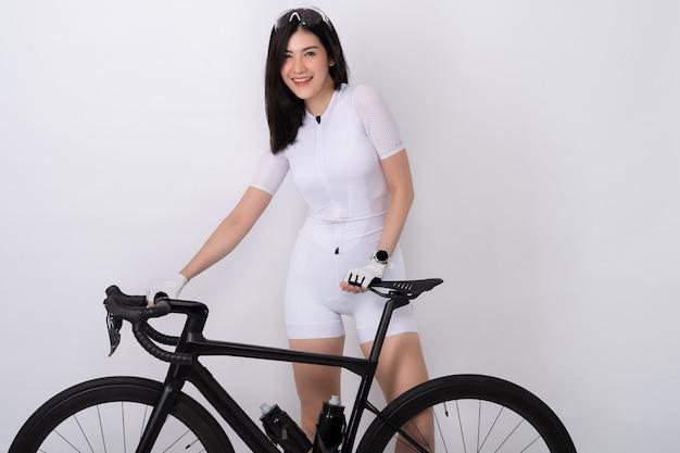 白のシルエットで自転車でスポーティな女性の肖像画