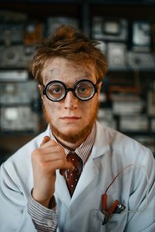 Портрет странного ученого-мужчины в очках, инженера в лаборатории.