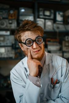 Портрет странного ученого-мужчины в очках