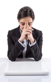 흰색 바탕에 노트북 컴퓨터를 들고 스트레스를 받고 피곤한 젊은 비즈니스 여성의 초상화