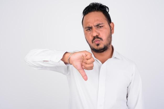 悪いニュースを得ているストレスの多いひげを生やしたインドのビジネスマンの肖像画