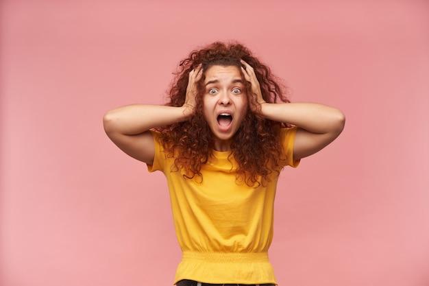 黄色のtシャツを着て巻き毛のストレス、赤毛の女の子の肖像画