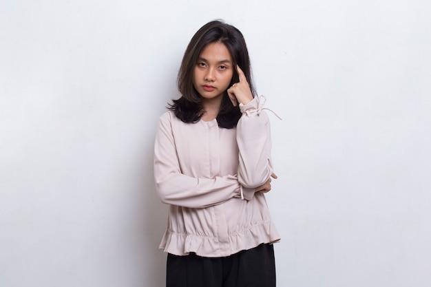 흰색 바탕에 두통이 있는 스트레스를 받는 아시아 아름다운 여성의 초상화