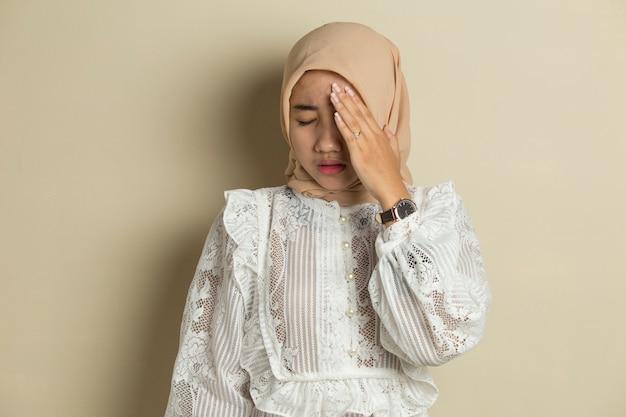 두통 아픈 여자와 스트레스 아픈 이슬람 여자의 초상화는 현기증을 앓고