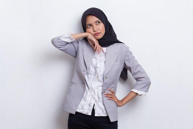 흰색 바탕에 두통이 있는 스트레스를 받은 아픈 아시아 이슬람 여성의 초상화