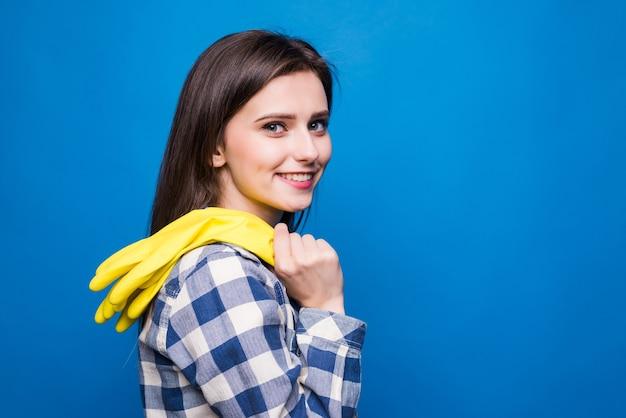 Портрет сильной молодой женщины в желтых резиновых перчатках для защиты рук во время уборки изолированы