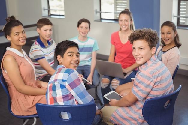 ノートパソコン、デジタルタブレットを保持している学生の肖像画