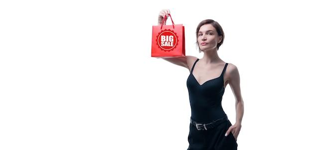 赤いギフトバッグと白でポーズをとってスタイリッシュな大人の女性の肖像画