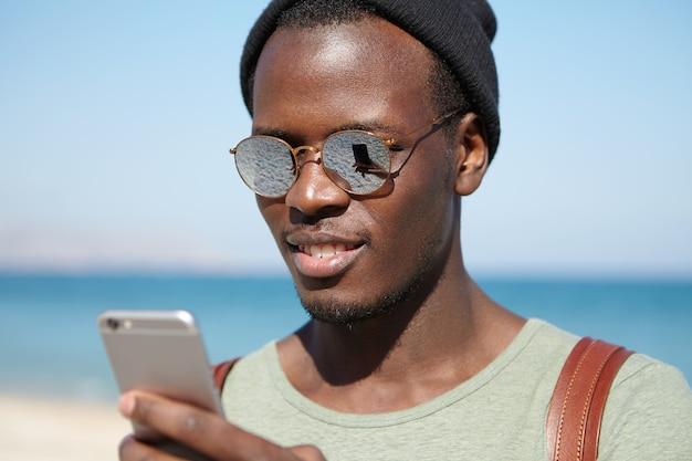 해변에서 세련 된 아프리카 계 미국인 남자의 초상화