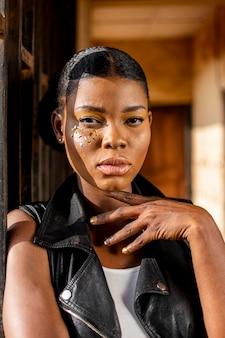 革のベストでスタイリッシュなアフリカの女性の肖像画