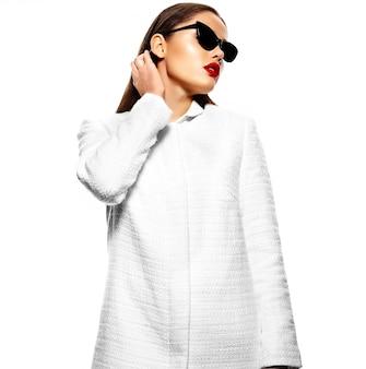Портрет стильной красивой молодой женщины с очками