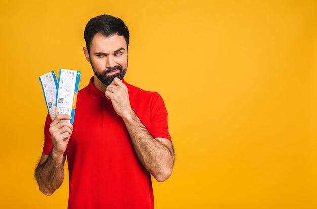 Портрет стильного красивого бородатого молодого человека, изолированного на желтом фоне.
