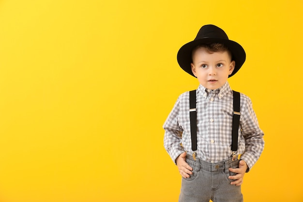 Портрет стильного маленького мальчика на цветном фоне