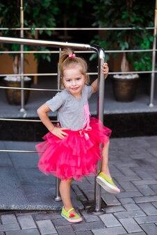 Портрет стильной маленькой девочки в городском парке Premium Фотографии