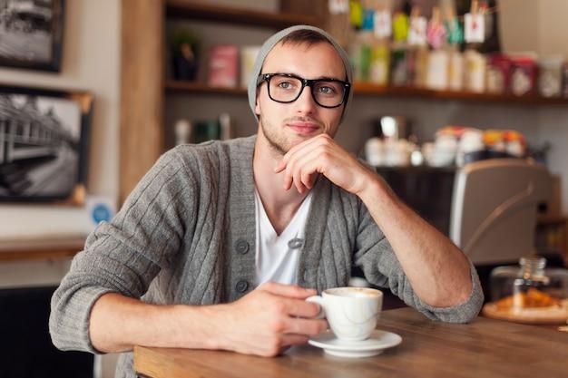 カフェでスタイリッシュな男の肖像画