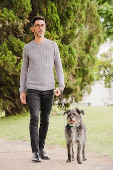 Портрет стильного мужчины со своей собакой