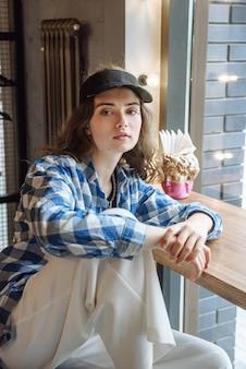 카페에 앉아 있는 세련된 현대 여성의 초상화