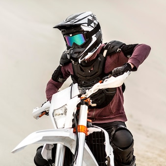 ヘルメットを持つスタイリッシュなオートバイライダーの肖像画