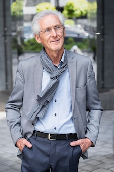 Портрет стильного пожилого мужчины в городе Бесплатные Фотографии