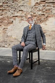 앉아 있는 세련된 수석 남자의 초상화