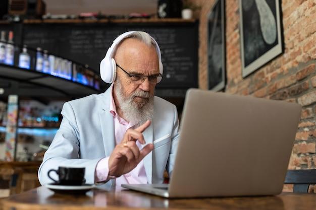 Портрет стильного старшего человека, работающего